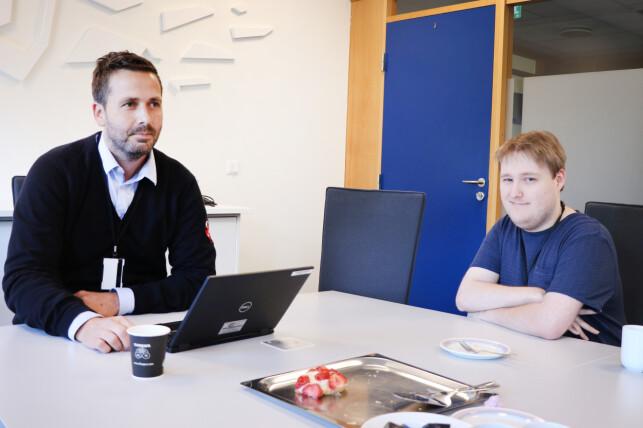 Utviklerne Simon Ingebrigsten og Christian Simonsen ved Oslo-kontoret. Blodsukkerjustering må til under intervju, mener kommunikasjonsrådgiveren. 📸: Pernille Johnsen