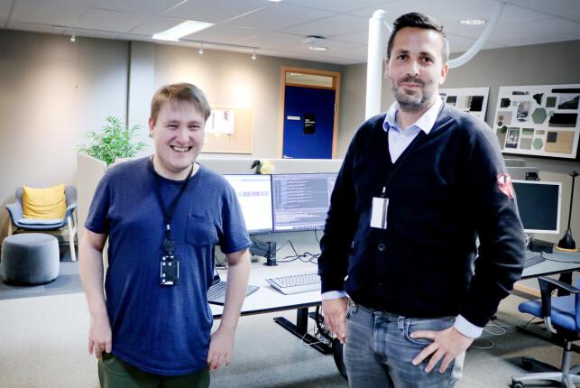 Utviklerne Simon Ingebrigsten og Christian Simonsen jobber side om side med å få Lånekassen til Azure. 📸: Pernille Johnsen