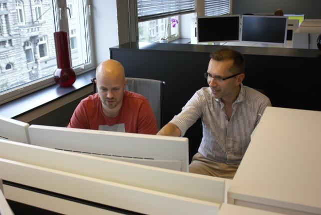 Michal Karpinski, som peker på skjermen, har avgjort hvilke tekniske verktøy Lånekassen skal bruke. 📸: Lånekassen