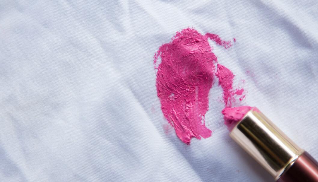 SMINKEFLEKKER: Det kan være vanskelig å fjerne sminkeflekker fra klær. FOTO: NTB Scanpix