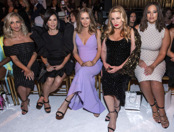 PÅ MOTEVISNING: Sarah Michelle Gellar, Lucy Liu, Alicia Silverstone og Jennifer Coolidge sammen med modell Ashley Graham på Christian Siriano-showet under New York Fashion Week. Foto: AP/ NTB scanpix
