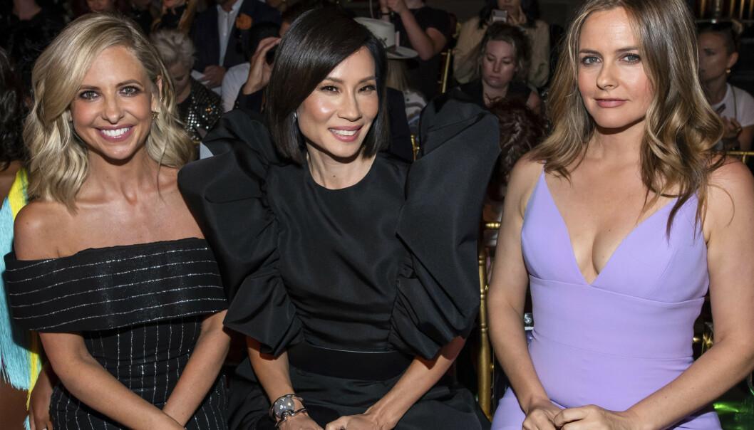 PÅ MOTEUKEN: Sarah Michelle Gellar, Lucy Liu og Alicia Silverstone fikk 90-tallsfansen til å juble da de dukket opp på New York Fashion Week i helgen. Foto: NTB scanpix