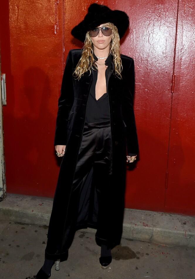 MILEY CYRUS: Popstjernen skilte seg ut i dette helsorte antrekket på Tom Ford-visningen under New York Fashion Week. Foto: NTB scanpix