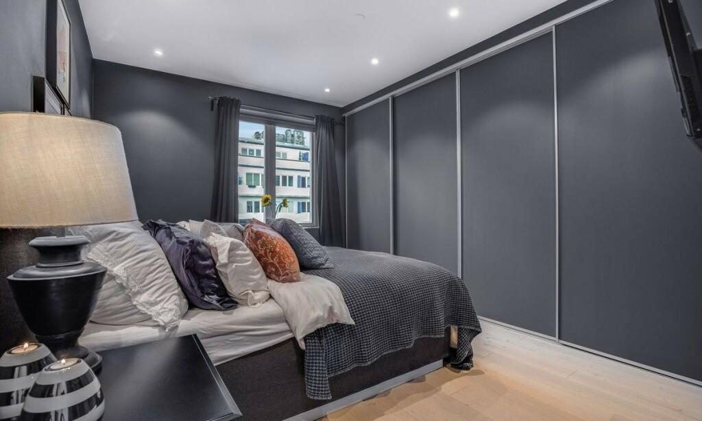 DER MAGIEN SKJER: Soverommet er malt mørkeblått. Nå forlater paret den trendy leiligheten til fordel for tomannsbolig. Foto: Anders Kjøndal, Luxe