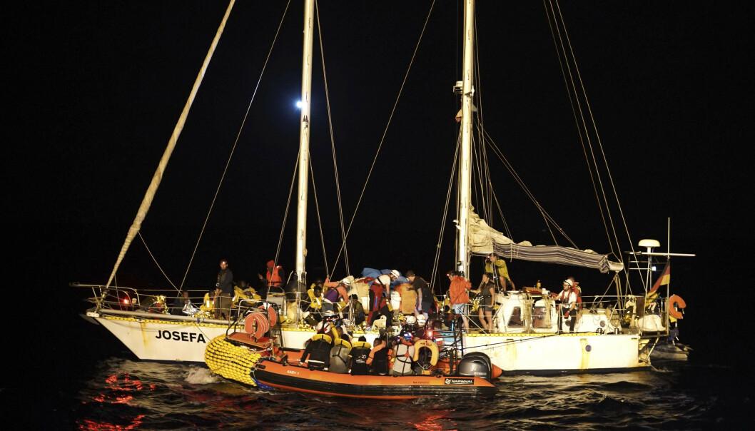 Omtrent samtidig som 40 mennesker ble oppdaget stuet sammen i en varebil i Slovenia, ble 34 mennesker reddet opp i en seilbåt utenfor kysten av Libya. Foto: Renata Brito / NTB scanpix