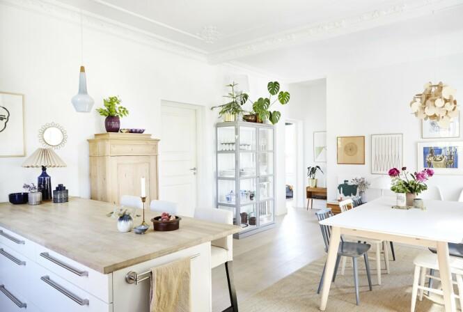Det åpne kjøkkenet er lyst og funksjonelt. Nips og keramikk av både eldre og nyere dato gir det hyggestemning. FOTO: Ditte Capion