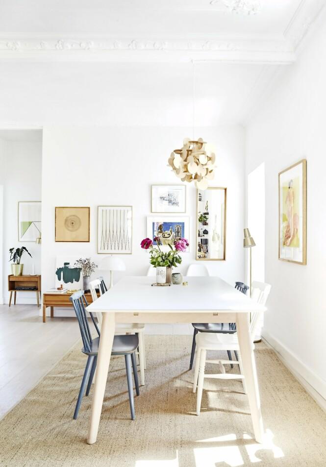 Rundt spisebordet står gamle FDB-stoler, som fortsatt har den originale blå fargen. De er kjøpt brukt på internett. Stålampen er et loppefunn, mens den skulpturelle lampen over bordet er fra Normann Copenhagen. Tips! En moderne lampe er en fin kontrast til tradisjonelle tremøbler. FOTO: Ditte Capion