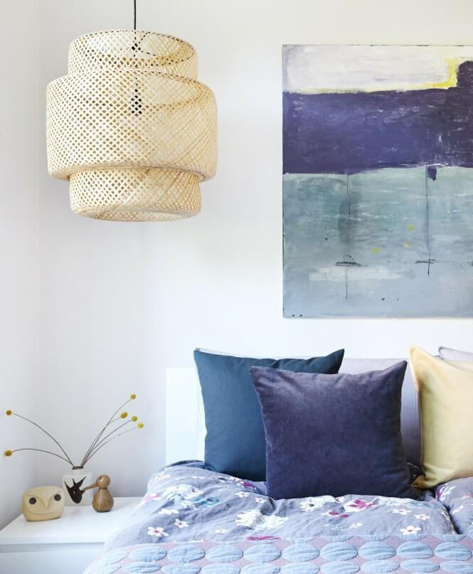 Lampen er fra Ikea, og putene fra H&M Home. FOTO: Ditte Capion