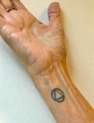 SEIERSMERKE: Etter å ha vært tørrlagt alkoholiker i 30 år, valgte Gunn-Helen Øye å tatovere på seg Anonyme Alkoholikeres symbol. Foto: Privat