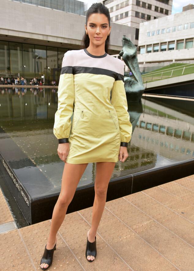 KENDALL JENNER: Supermodellen iført en minikjole med sporty lommer på Longchamp-visningen forrige uke. Foto: Swan Gallet/WWD/Shutterstock/ NTB scanpix