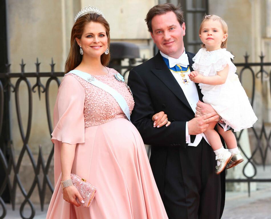 HØYGRAVID: To dager etter at dette bildet ble tatt av høygravide prinsesse Madeleine, ektemannen Chris O'Neill og datteren prinsesse Leonore, fødte hun sønnen prins Nicolas. I et ferskt og åpenhjertig intervju forteller den svenske prinsessen at hun var redd for at vannet skulle gå i storebror prins Carl Philips bryllup 13. juni 2015. FOTO: NTB Scanpix