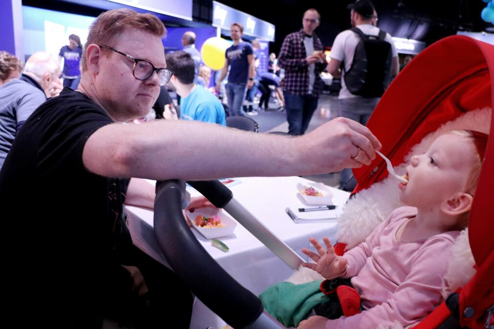 JavaZone 2019 - gratis pølse, ballbinger og bilbaner. Her gir Jørgen datteren sin Ella en smak på det gode utvikler-liv. 📸: Ole Petter Baugerød Stokke