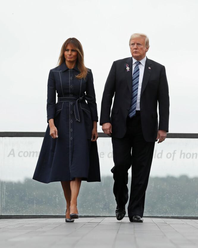 SØMMER: Kåpen var prydet med flere kontrastsømmer. Fremsiden av antrekket gir et annet bildet enn det baksiden gjør. Foto: NTB scanpix