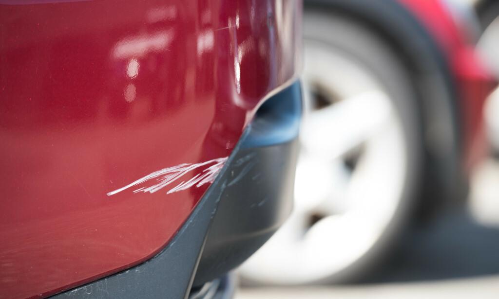 KAN BLI DYRT: En typisk parkeringsskade. Selv om den er liten, kan den bli dyr å reparere. Foto: Gjensidige