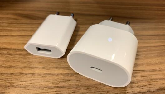 <strong>KRAFTIGERE LADER:</strong> Kjøper du en av de nye iPhone 11 Pro-modellene, får du med den større laderen til høyre. Foto: Kirsti Østvang