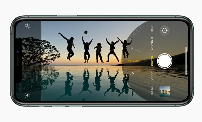 <strong>NYTT KAMERAGRENSESNITT:</strong> Apple har gjort det slik at du kan se hvordan bildet blir med ultravidvinkel i kamera-appen på de nye iPhone-modellene. Foto: Apple