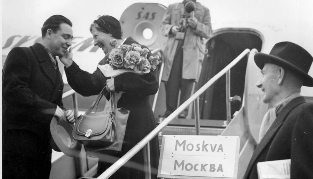 <strong>WERNA OG VIKTOR:</strong> I 1955 reiste Einar og Werna til Moskva som en del av en norsk delegasjon som skulle drøfte mulighetene for en handelsavtale. Her får Werna Gerhardsen en bukett roser av Viktor Grusjko i Sovjet-ambassaden. Foto: Aage Storløkken / Aktuell / Scanpix