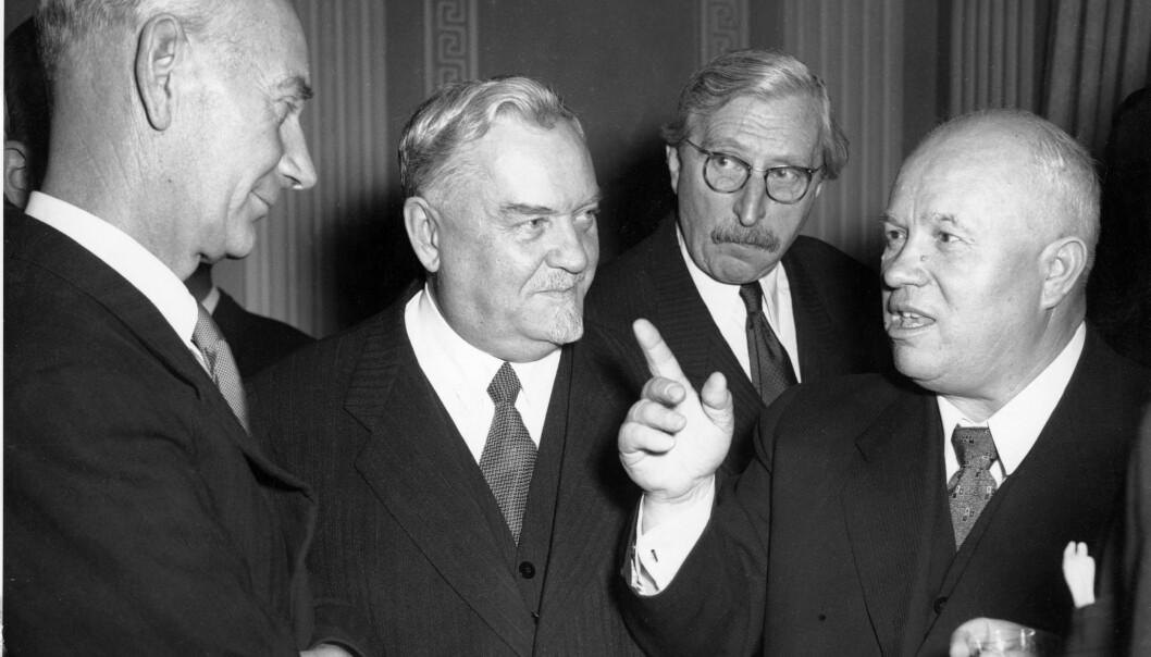 <strong>I MOSKVA:</strong> Einar Gerhardsen pleiet et nært forhold til Sovjetunionen, og var den første vestlige statsminister som reiste på statsbesøk til Moskva. Her er han sammen med N.A. Bulganin og Nikita Khrustsjov. Khrustsjov gestikulerer. Tolk i bakgrunnen. Foto: NTB arkiv / TASS / Scanpix