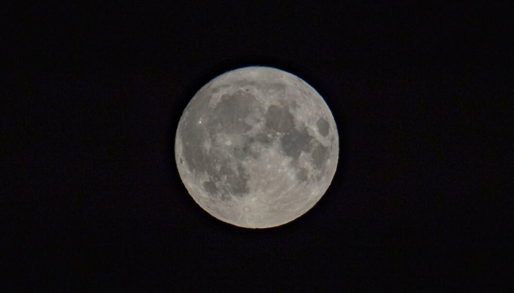Fredag 13. september var det mikromåne. Månen er nå nær punktet lengst fra kloden vår, apogeum, og når det er fullmåne samtidig, kalles det en mikromåne. Foto: Håkon Mosvold Larsen / NTB scanpix