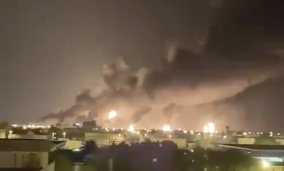 Det brøt ut branner på oljeterminalen i Buqyaq øst i Saudi-Arabia etter et droneangrep lørdag. Foto: AP / NTB scanpix