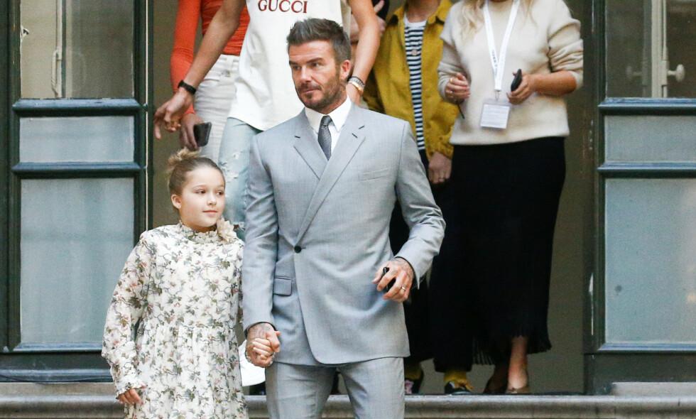 MAMMAS STØRSTE FAN: Harper Beckham har vært med på en rekke motevisninger på sine åtte år. Her sammen med pappa David Beckham under morens visning søndag. Foto: NTB Scanpix