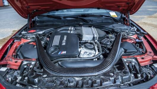 <strong>POWER:</strong> Originalmotoren yter 431 hestekrefter, og gjør denne <i>«stance-bilen» </i>til en giftig banebil, om ønskelig. Foto: Kaj Alver