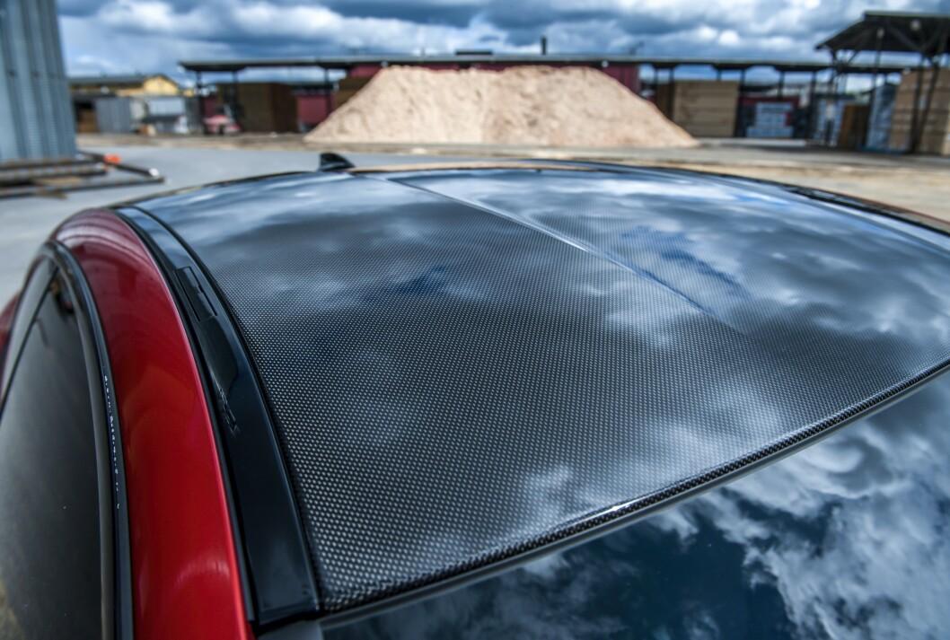 <strong>ORIGINALT:</strong> Taket er i karbonfiber fra fabrikken. Foto: Kaj Alver