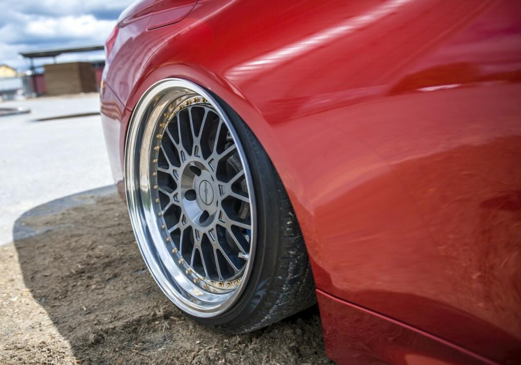 <strong>UNIK:</strong> Felgene er spesialbestilte fra Felgteknikk. Bremsene er originale. Foto: Kaj Alver