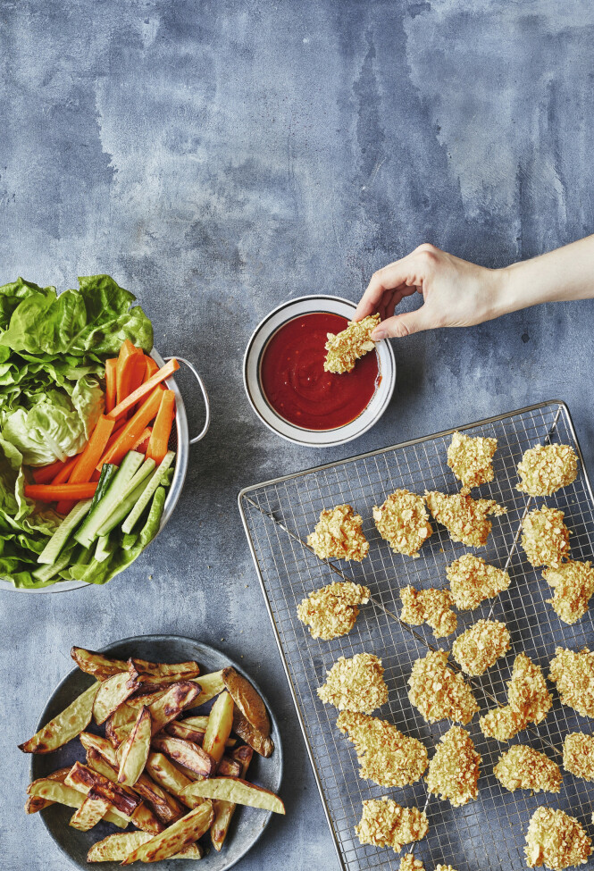 Fastfood kan lages uten altfor mange kalorier, og fortsatt bevare både smak og konsistens. Tips! Nuggets er middag både små og store liker. FOTO: Winni Methman