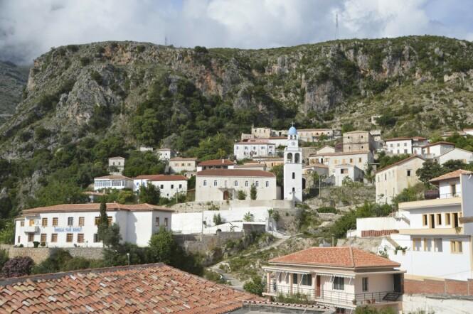 Den opprinnelige landsbyen Dhermi klatrer opp langs fjellet et par kilometer fra kysten. FOTO: Michael Brüel