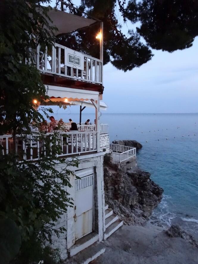Luciano har en unik beliggenhet ved Dhermi Beach. FOTO: Michael Brüel