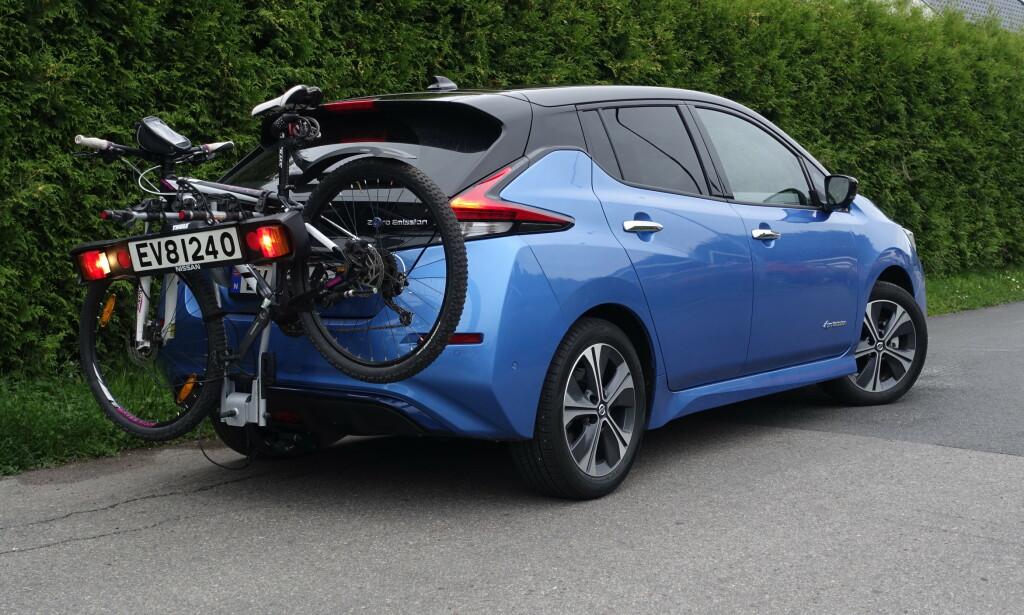 """TILHENGERFESTE: Leaf er en av flere elbiler som kommer med et """"lastefeste"""" bakbå bilen til lettere ting som sykler etc. Nissan har en pakkepris med hengerfeste og sykkelstativ for 9000 kroner. Foto: Rune M. Nesheim"""