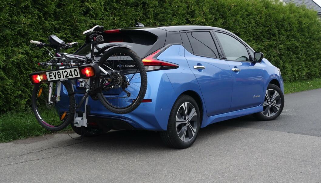 """<strong>TILHENGERFESTE:</strong> Leaf er en av flere elbiler som kommer med et """"lastefeste"""" bakbå bilen til lettere ting som sykler etc. Nissan har en pakkepris med hengerfeste og sykkelstativ for 9000 kroner. Foto: Rune M. Nesheim"""