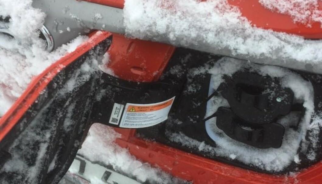 <strong>NEDSNØDD:</strong> Slik så ladeluken til Hyundai Kona Electric ut etter en kjøretur i snøvær forrige vinter. Nå har produsenten funet løsningen, mener de. Foto: Nicklas Sven Steorn