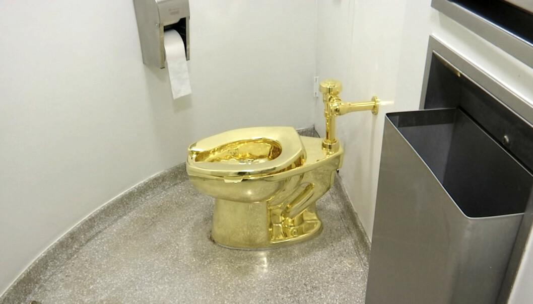 Slik så toalettet ut da det var montert på Guggenheim-museet i New York i 2016. Før helgen ble gulltoalettet montert som del av en kunstutstilling i England. Lørdag ble toalettet stjålet. Foto: AP / NTB scanpix