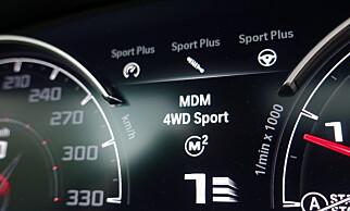 BARE HOS M: I instrumentpanelet ser man hvilke parametre man har valgt. Her er bilen stilt inn med det sportsligste oppsett på motor, understell, ratt, xDrive og girkasse. Foto: Rune M. Nesheim