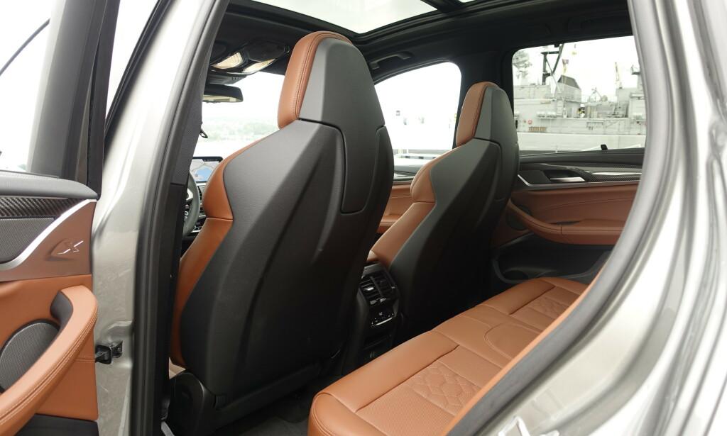 LUKSURIØS SPORT: Sportssetene med lysende M-logo, integrert nakkestøtte og skålstoler gir luksusvibber når bilen har BMW Individual-skinnpakke med utvidet omfang. Foto: Rune M. Nesheim