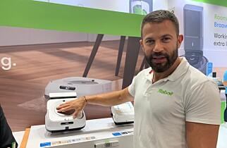 Antoine Garcia i iRobot viser frem den siste modellen vaskeroboter, Braava Jet M6. Foto: Berit B. Njarga