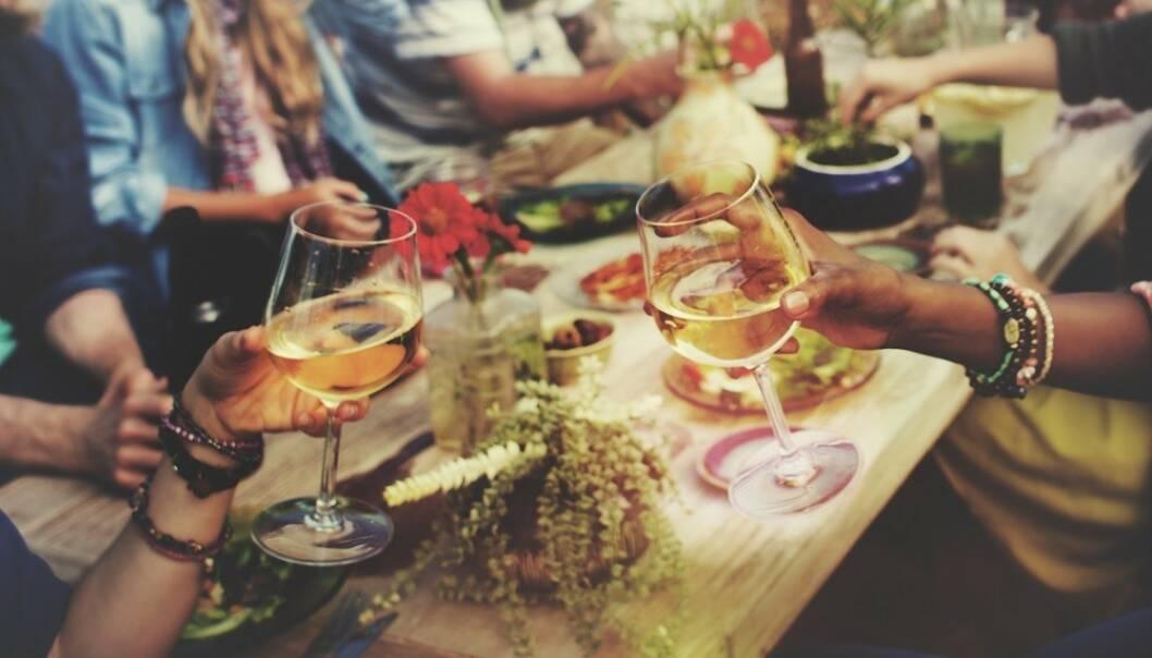 ALKOHOL OG GOD MAT: Når vi drikker alkohol har vi en tendens til å spise mer enn vi egentlig trenger. FOTO: Shutterstock