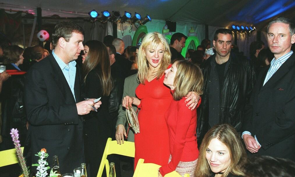 <strong>BEKREFTER AT DE MØTTES:</strong> Etter at The Sun publiserte en pikant historie om prins Andrew og Courtney Love, svarer sistnevnte nå på saken. Her er prins Andrew og Courtney Love avbildet i forbindelse med det som skal være «Grinchen»-premieren i november 2000. Foto: NTB Scanpix