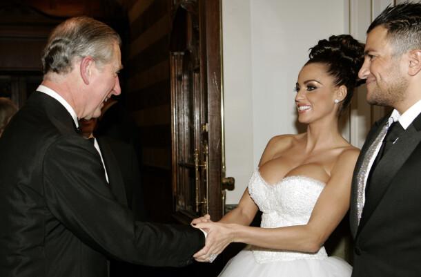 <strong>MØTTE PRINS CHARLES:</strong> Her hilser skandaleparet på prins Charles i London i 2006. Foto: NTB Scanpix