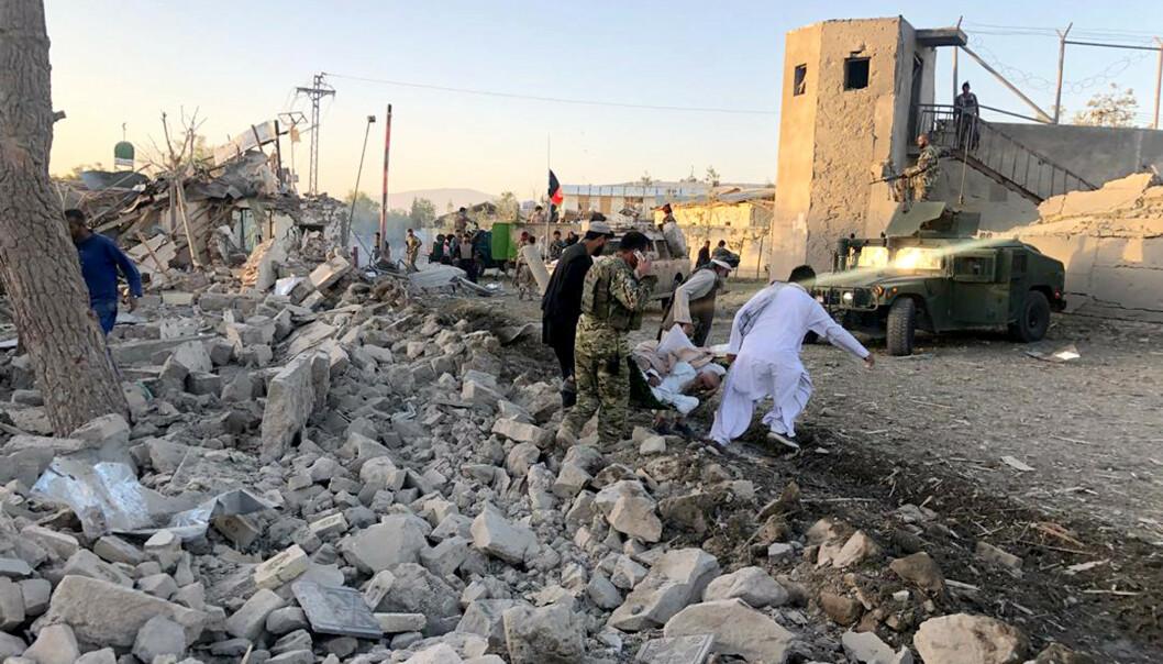 Afghanske sikkerhetsstyrker jobber for å bringe vekk sårede og døde fra sykehuset i Zabul, som ble rammet av en kraftig bombe torsdag. Foto: Ahmad Wali Sarhadi / AP / NTB scanpix
