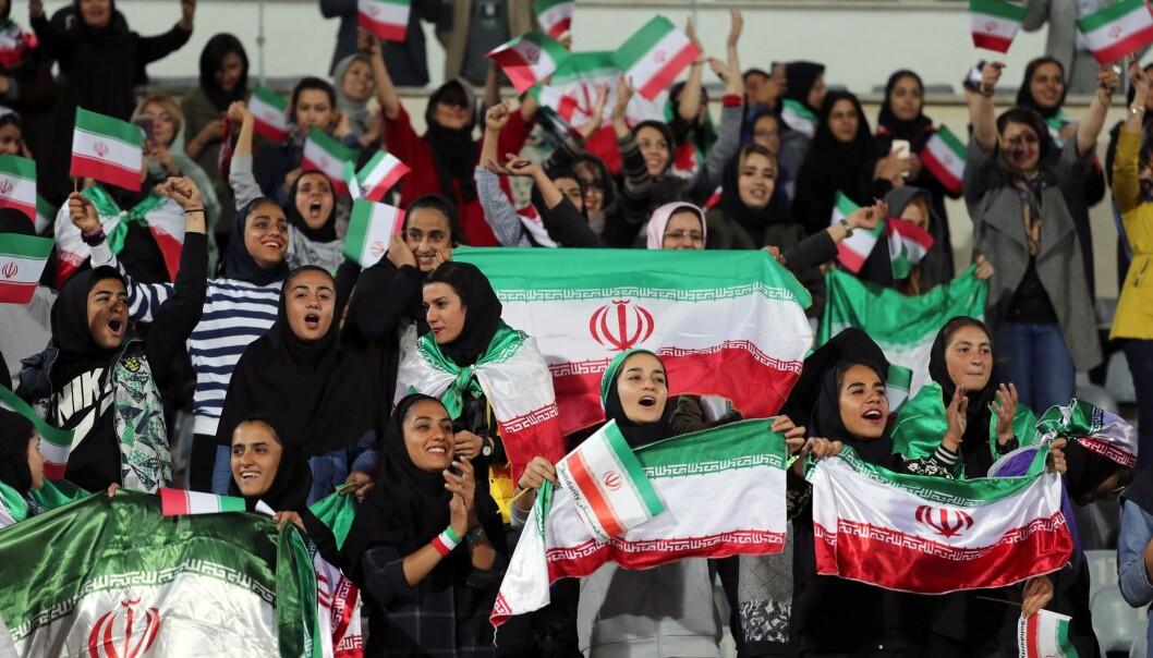Iranske kvinner under en fotballkamp i Iran i 2018. Foto: NTB scanpix / AFP
