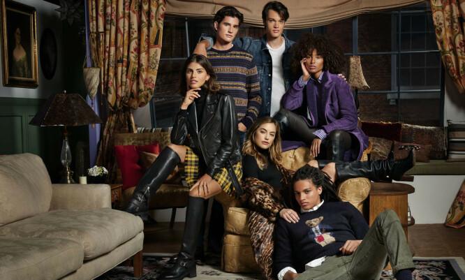 NOSTALGISK: «Friends»-kolleksjonen er først og fremst inspirert av Rachel, men består av plagg til både menn og kvinner. Her er modellene avbildet i en gjenskapning av Monicas kjente og kjære leilighet. FOTO: Ralph Lauren