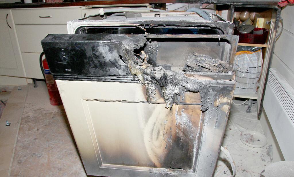 VANLIG FEIL: Det lokale eltilsyn kan også bistå politiet etter en brann. Bildet viser en oppvaskmaskin som har tatt fyr. Ifølge Johansen er dette en helt vanlig feil: Det er elektronikkenheten som har tatt fyr. - Det er stor sett der det skjer, når det handler om brann i oppvaskmaskiner, sier Johansen. Foto: Energi Norge/Det lokale eltilsyn