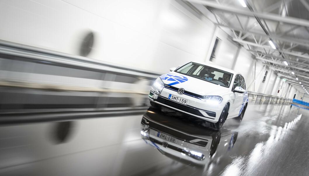 <strong>PIGGFRITT BEST:</strong> Rullemotstanden måles ved at bilen ruller fritt fra 80 til 40 km/t på et flatt underlag, uten påvirkning av vind. Testen kjøres i forskjellige temperaturer. Foto: Markus Pentikainen