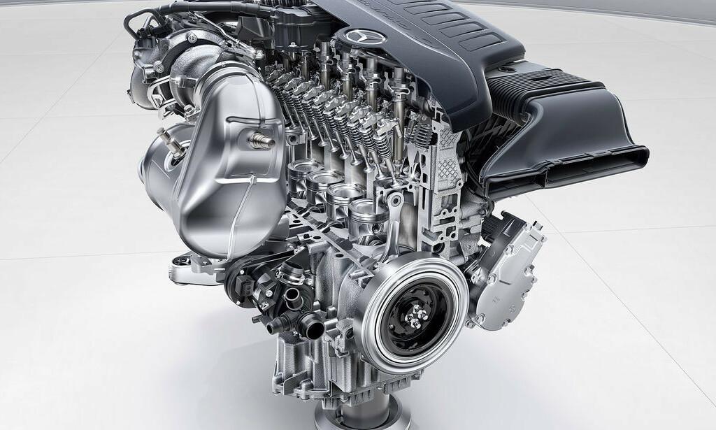 AKTUELL TEKNOLOGI: Dette er den nye sekssylindrede bensinmotoren fra Daimler - som også kan bli den siste. Foto: Daimler AG