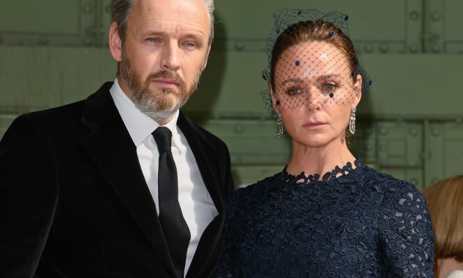 Mandatory Credit: Photo by David Fisher/WWD/Shutterstock (10317620l) Stella McCartney and Alasdhair Willis in the front row Karl For Ever memorial, Front Row, Paris Fashion Week Men's, France - 20 Jun 2019