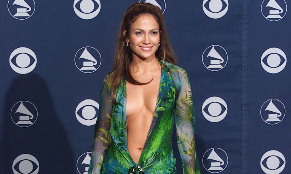 <strong>GJØR DET IGJEN:</strong> Det er ingen tvil om at artist og skuespiller Jennifer Lopez (50) har fått mange til å sperre opp øynene med sine antrekk gjennom årenes løp. Denne kjolen fra Grammy Awards i 2000 topper imidlertid det meste. Foto: NTB Scanpix
