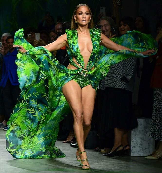 <strong>DRISTIGERE VERSJON:</strong> Under Versaces moteshow i Milano stilte Jennifer Lopez opp i en enda dristigere versjon av den berømte kjolen. Foto: NTB Scanpix